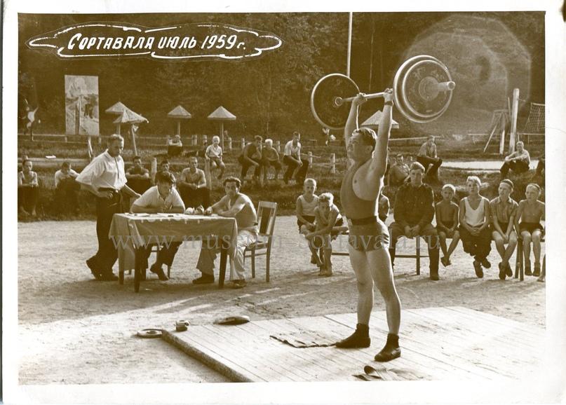 Соревнования по лёгкой атлетике в городском парке. Забирунов В.А. за судейским столом справа. Автор фото: Волков А.Н.