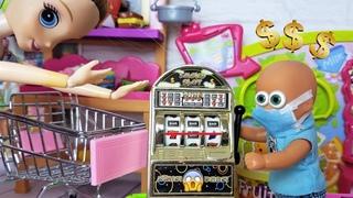 МАМА В ШОКЕ! Макс проиграл все деньги в автоматы! Катя и Макс веселая семейка. Сериал живые куклы