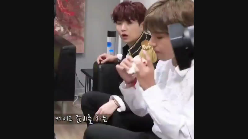 Tae cut the crusts off his bread such a cutie he's a baby please protect him 💜