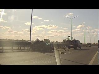 Легковушка въехала в спецтехнику в объездной дороге