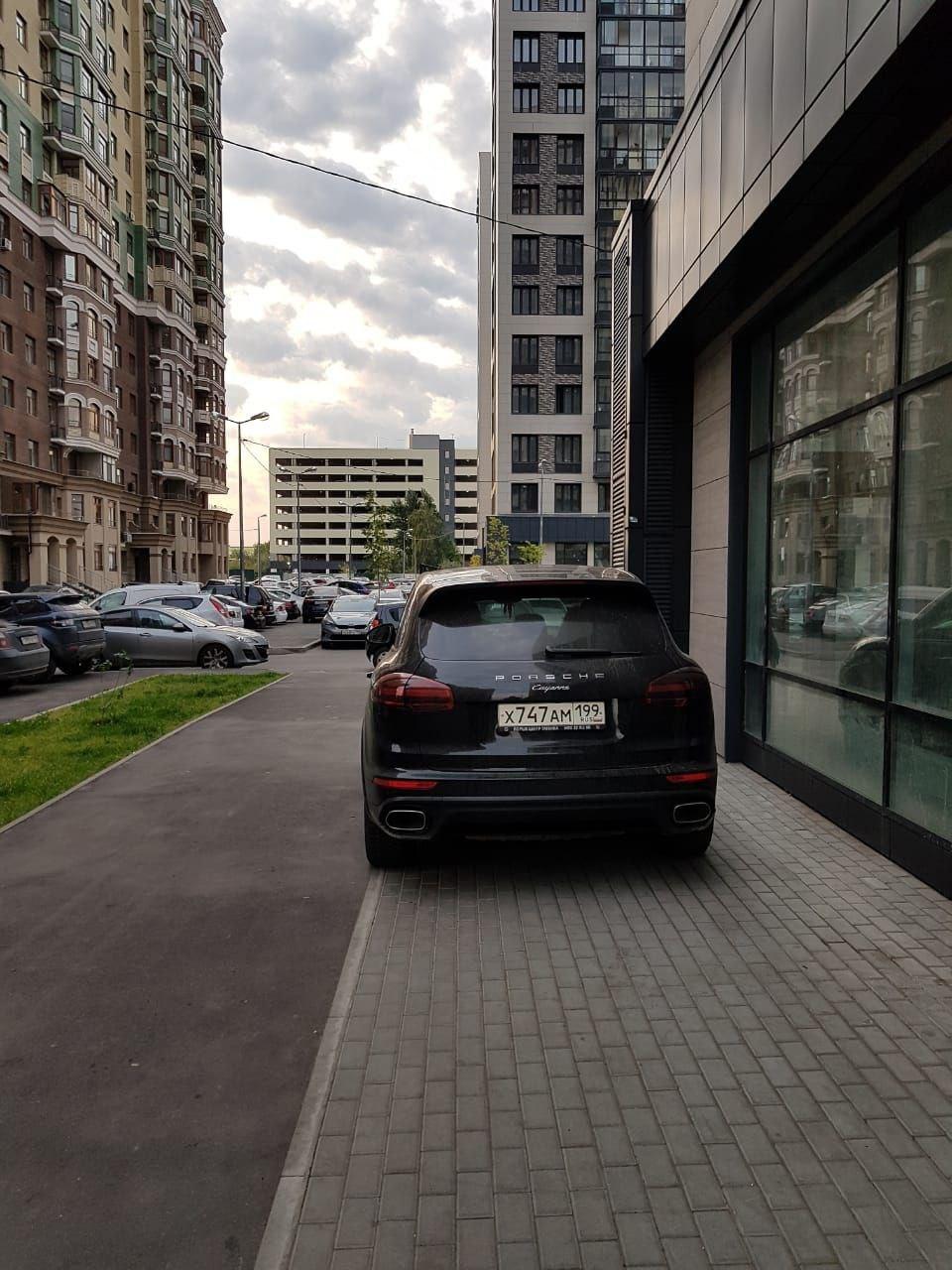 Сосед парковался только на тротуаре. Никакие разговоры не помогали. Тогда ему объяснили по-другому