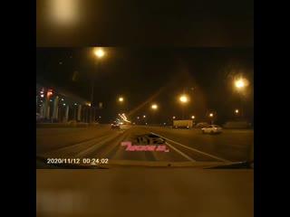 Шлагбаум бьёт по машине