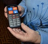 Липецким пенсионерам дарят телефоны с кнопкой SOS