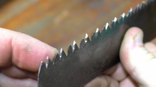 Как быстро и просто наточить ножовку напильником!  Не каждый это знает но каждый сможет.