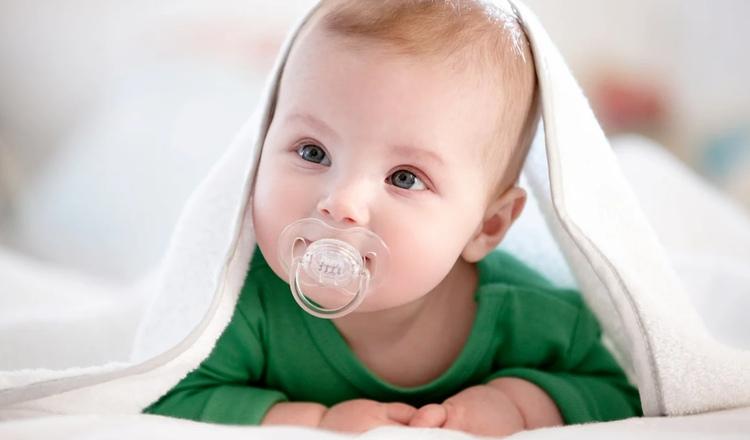 Врач уверяет, что родителям нельзя облизывать соску, которую потом дают ребёнку. Причина - кариес!