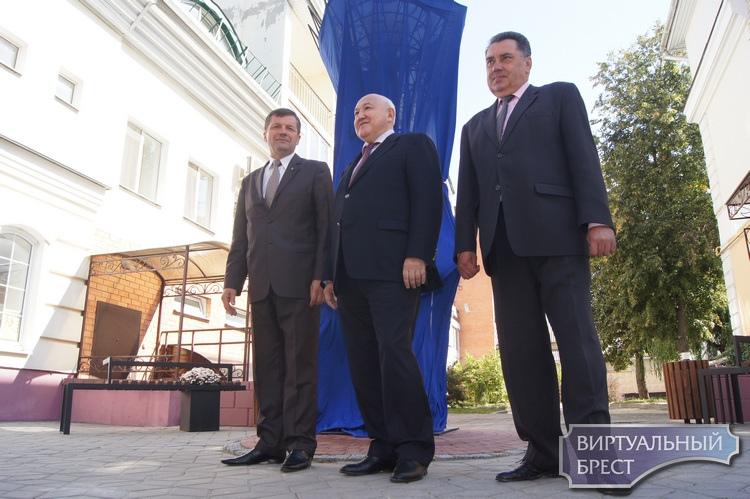 """В Бресте открыли """"Байтерек"""" (Древо жизни). Это подарок от дипломатов Казахстана"""