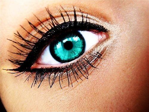 Секреты красивых глазок: - Для создания эффекта широко расставленных глаз нарисуйте небольшое утолщение на внешнем уголке верхнего века. Недаром у звезд золотого века Голливуда такие большие
