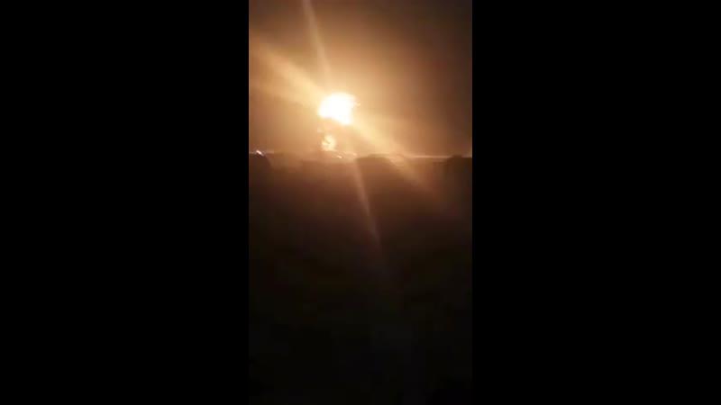 Мощные взрывы раздаются в эти минуты на месте удара неизвестного летательного аппарата по нефтяному объекту протурецких боевиков