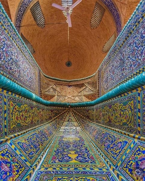 Кладбище Тахт Фулад (Исфахан, Иран) Кладбище Тахт Фулад в Исфахане возрастом более 800 лет. Лучшие дни для посещения кладбища - четверги и пятницы, потому что большинство мавзолеев открыты для