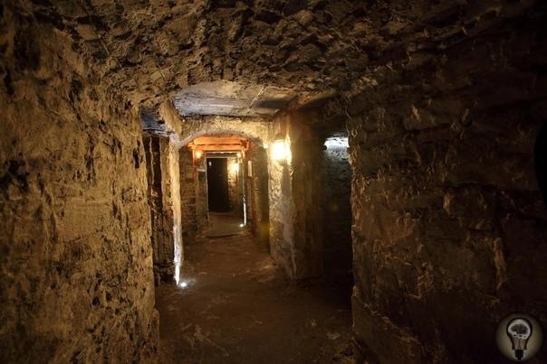 Тайны подземного Эдинбурга Париж хорошо известен своими катакомбами, но это далеко не единственный мегаполис, под которым существуют целые города. Множество жителей шотландского Эдинбурга,