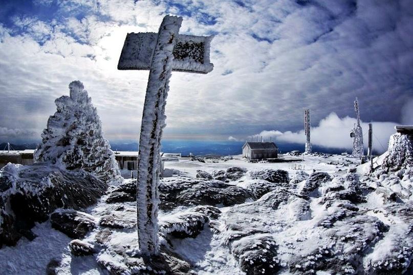 Высота этой горы составляет всего 1917 метров, что для опытных альпинистов может показаться совершенно несерьезным показателем. На самом деле, даже нахождение в предгорных районах несет смертельную угрозу, не говоря уже о попытках покорить гору. Район, где находится гора Вашингтон, является самым ветреным местом на земле, погода здесь очень переменчивая, а ветер дует с огромной силой круглый год.Находиться у подножия горы Вашингтон особенно опасно в зимний период, в это время года снежные бури здесь случаются практически каждый день.