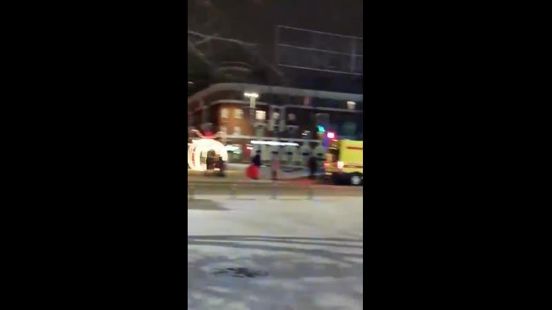 Бригада скорой помощи делает новогоднее селфи