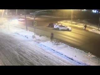Полицейские перекрыли служебным автомобилем полосу движения, чтобы защитить пешеходов от наезда лихача