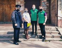 Полицейские вручили подарки юным нарушителям закона