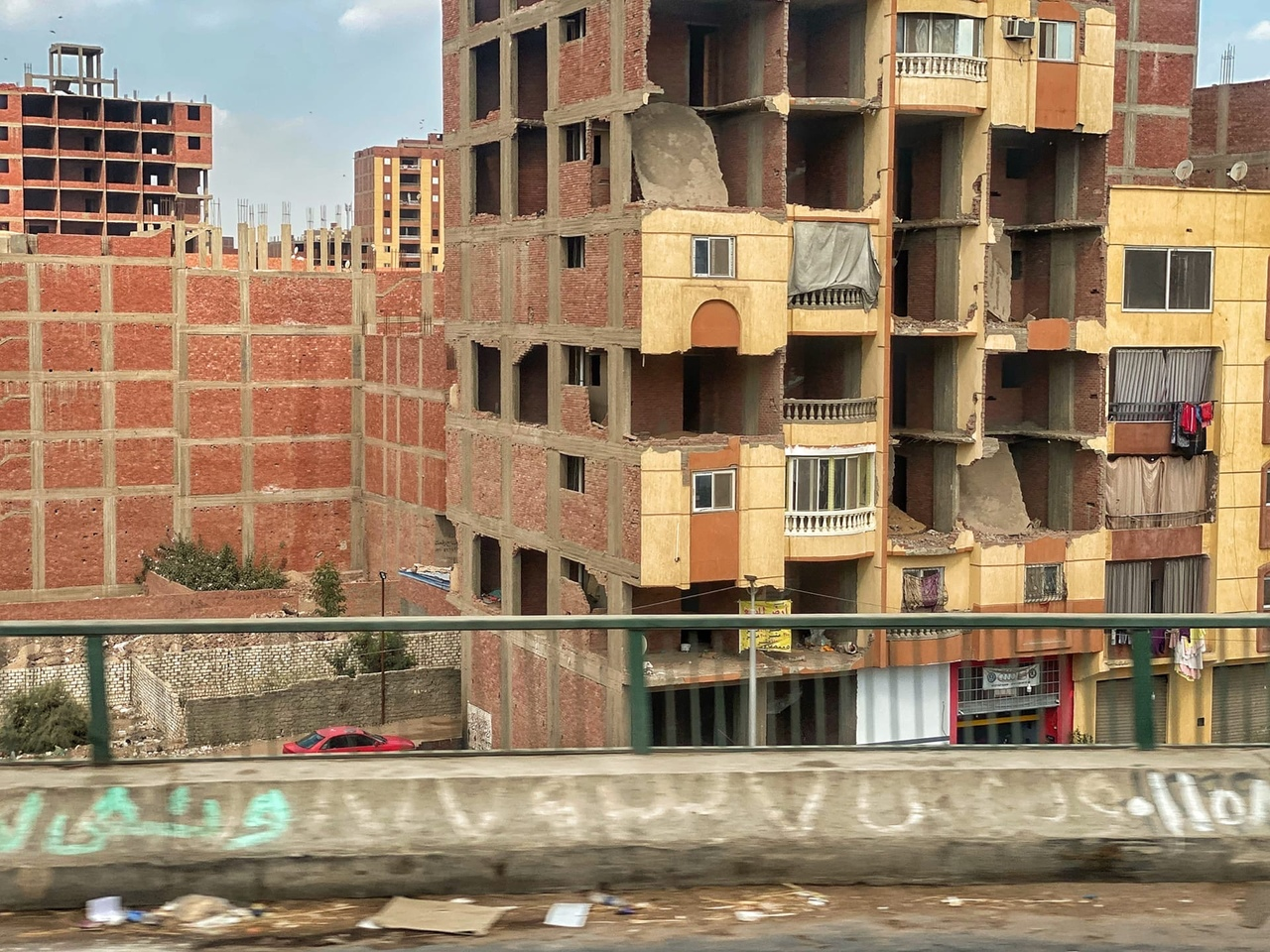 Каир - огромный, неопрятный, но очень колоритный. Город, я бы сказал, офигеть, каких контрастов.