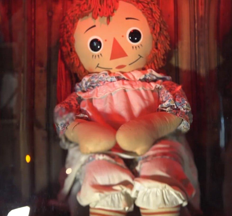 Проклятая кукла Аннабель, вдохновившая франшизы «Заклятие» и «Аннабель», сбежала из музея Уоррена, где она хранилась