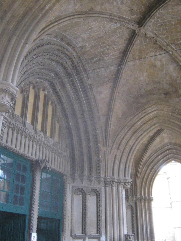 готический вход в мечеть