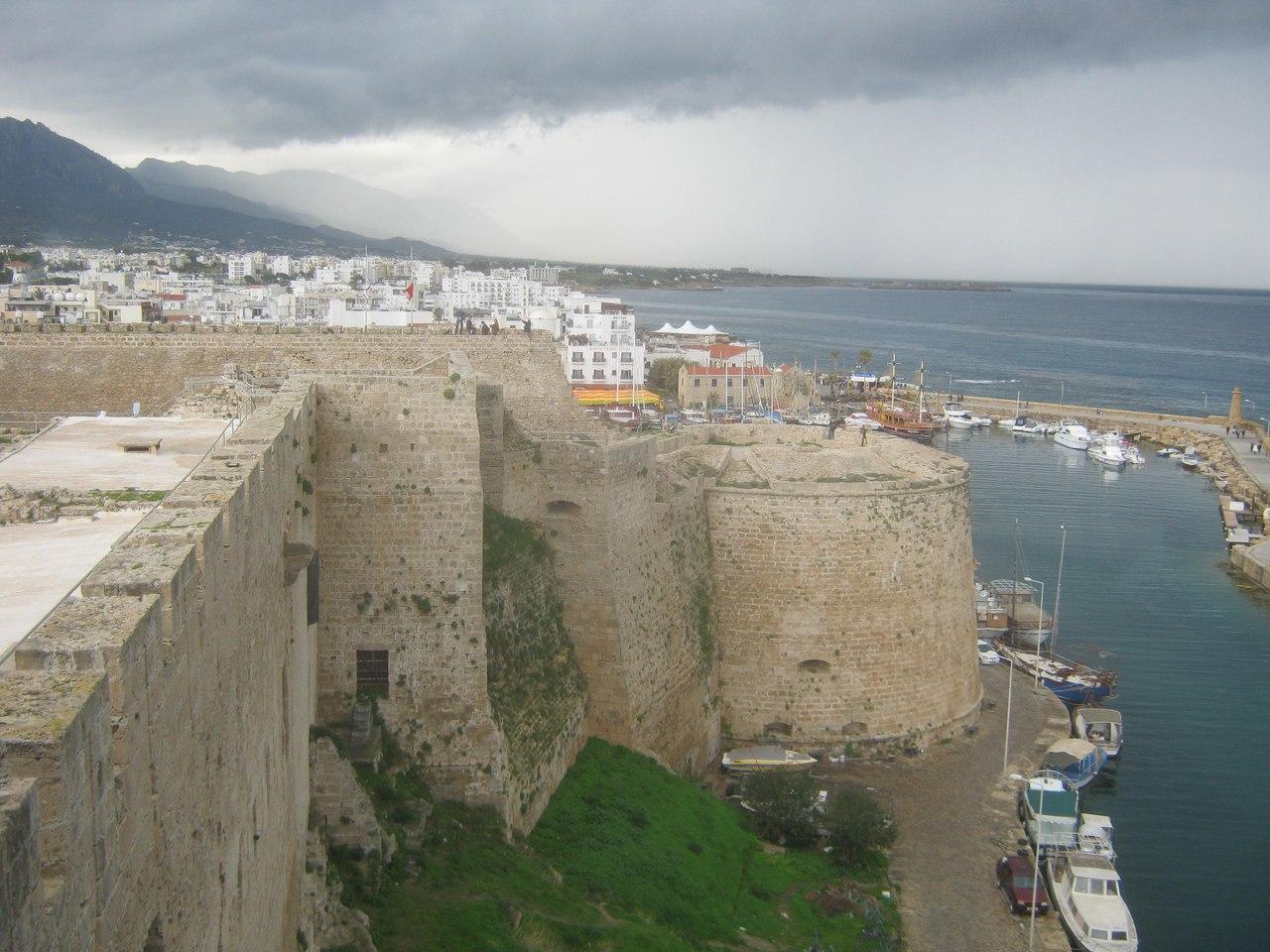 стены крепости в Гирне