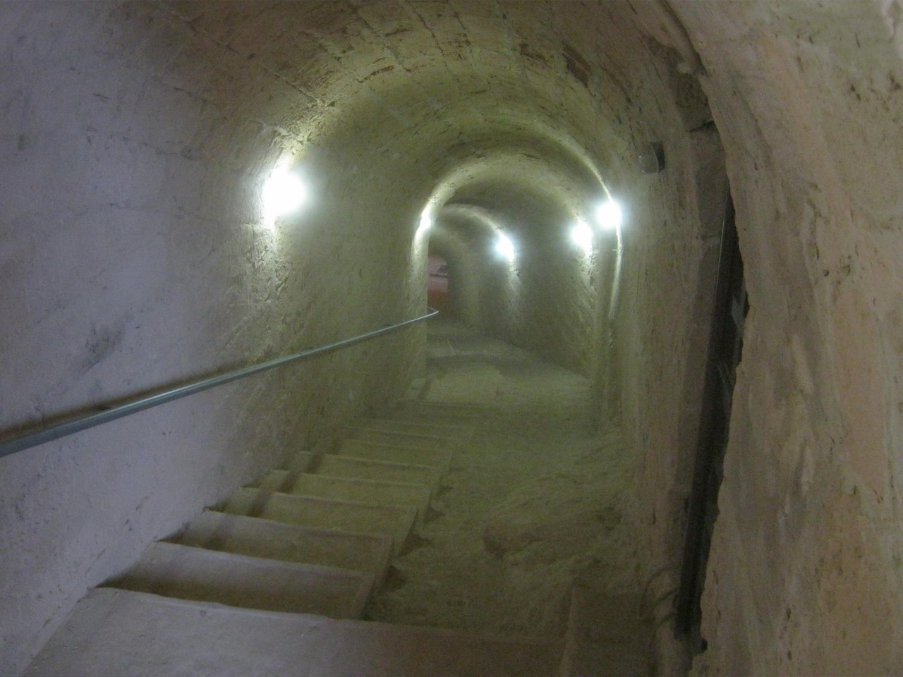 Проход внутрь башни крепости через туннель