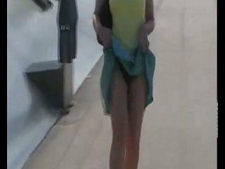 Порно видео девушка за деньги задрал юбку фото крупным планом