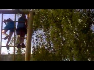 Трусики (Одноклассницы слезают с турника платье задралось видны трусы одноклассник снимает их)