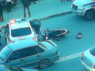 песпредел сотрудников полиции города ханты мансийска останавливая мотоциклистов таким путем выезжая ему на перерез парень врезался на ходу в машину дпс повезло что бы в каске