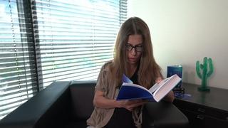 Саша Николаенко читает отрывок из книги «Жили люди как всегда: записки Феди Булкина»