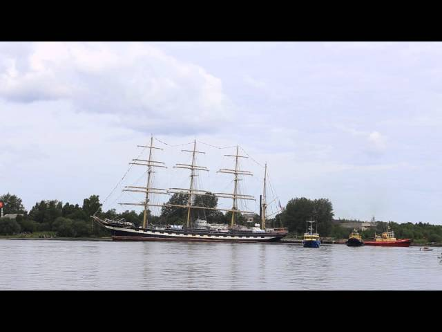 Барк Крузенштерн заходит в порт города Архангельска.