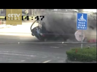 Car smashed by rolled over tanker, passengers miraculously survive