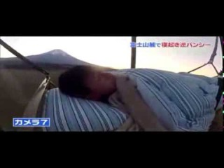 Жертва чудовищного розыгрыша пролетела 50 метров на кровати ракете