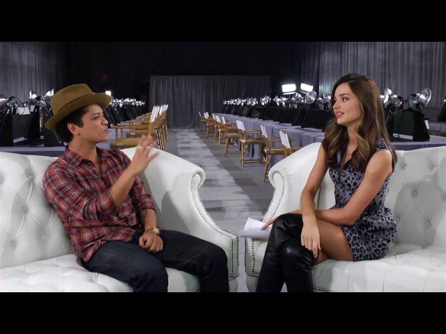 Видео Miranda Kerr and Bruno Mars Backstage at the 2012 Victoria's Secret Fashion Show смотреть онлайн