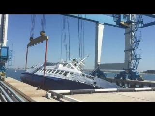 Неудачный спуск прогулочного теплохода на воду в Анапе попал на видео