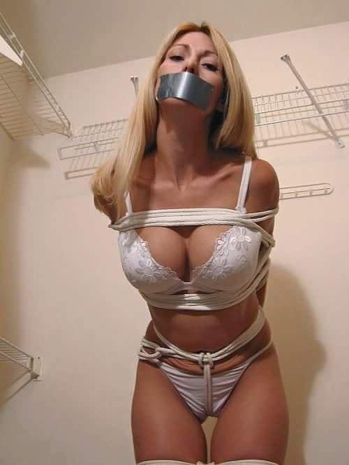 Женщина с заклеенным ртом и связанная картинки