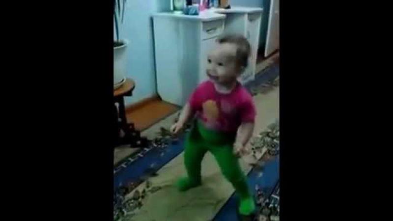 Я Мишка гумми бер Девочка очаровательно танцует