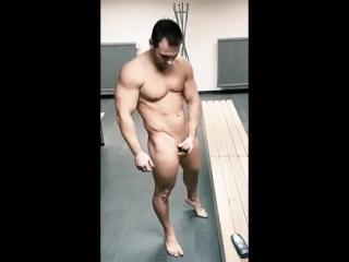 В раздевалке фитнес-клуба со стояком
