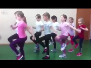 Как маршируют мальчики и девочки