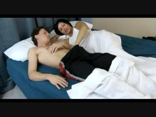Мачеха соблазняет своего спящего пасынка- порно секс pornhub premium full hd porn инцест sex xxx homemade amateur домашнее