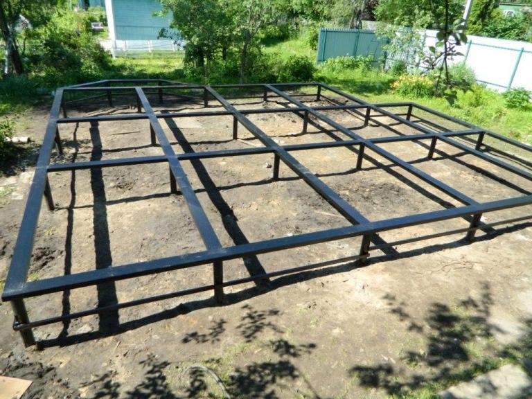 Свайно-винтовой фундамент подходит для легких домов из дерева