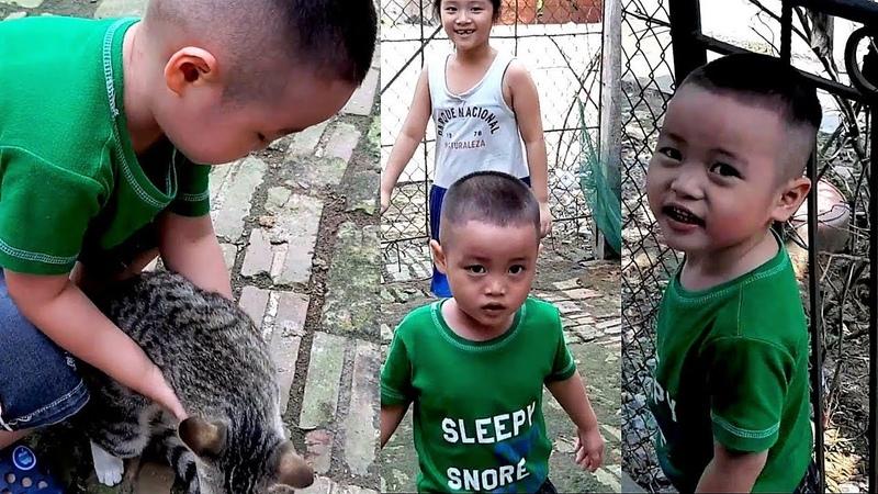 Gia Linh và em Cò về quê th ch chơi với con mèo đàn gà