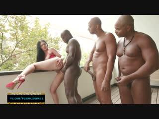 Жопастенькая принимает по два члена в свою попку. Vanessa Vaughn