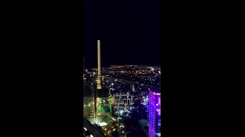 Вид на ночной город с башни Скайлайт