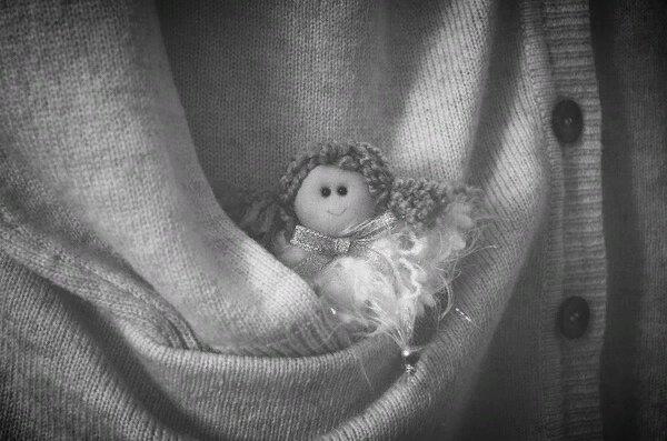 У меня завелся карманный ангел. Почти как настоящий, светлый, с крыльями, только очень очень маленький. И живет он в моем кармане. Он бывает капризен, садится мне на плечо и звенит тонким