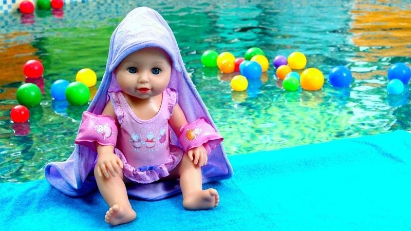 La bebé Annabel aprende a nadar Las muñecas Baby Born Como mamá