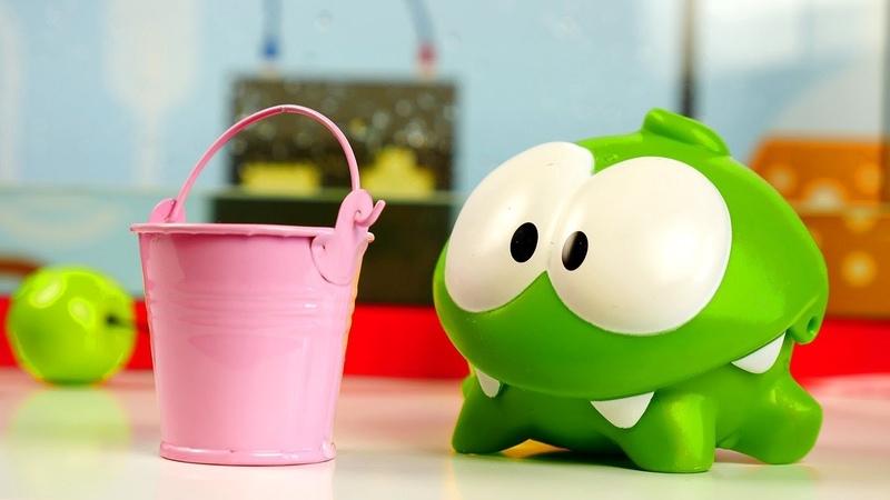 Om Nom spielt im Labor - Spielzeugvideo für Kinder - Spielspaß mit Om Nom