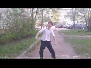 Парень совсем голову потерял и начал флексить под фредди на улице/the guy lost his head and started to dance under freddie