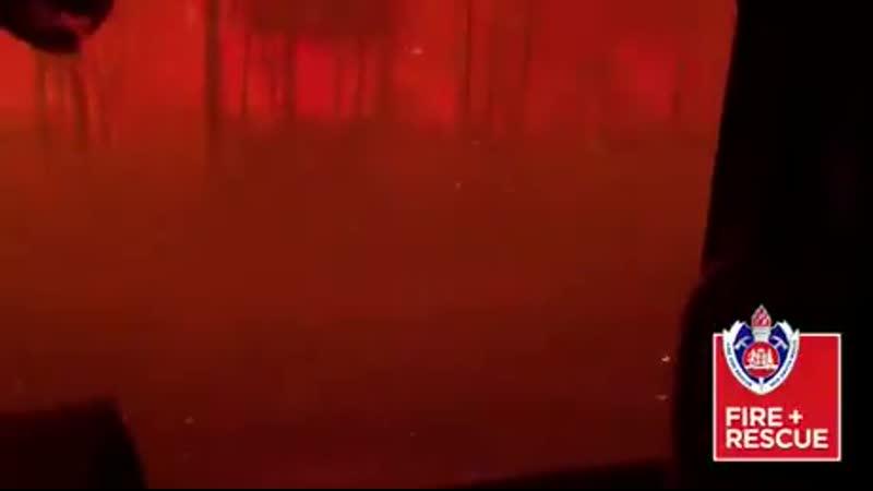 Fire truck getting overrun by a bushfire The crew is OK still a close shave Перевод Пожарная машина становится перерасхо
