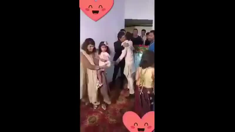 SRK attended the wedding of his hairstylist Raaj Gupta's sister's wedding and surprised everyone