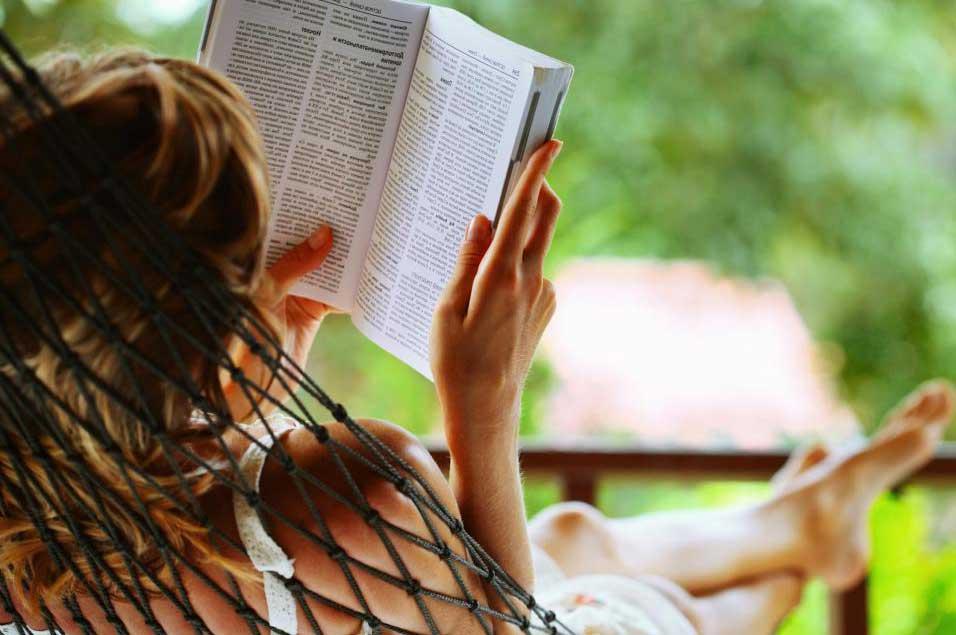 Во многих книжных магазинах есть разделы, посвященные методам самопомощи.