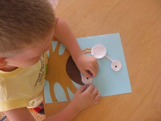 ОБЪЕМНАЯ АППЛИКАЦИЯ НА ТЕМУ СЕМЬЯ Приготовить по размерам заготовки из цветной бумаги. Превратить квадраты в круги, а прямоугольники в треугольники.Потом капаем клей на середину каждого круга