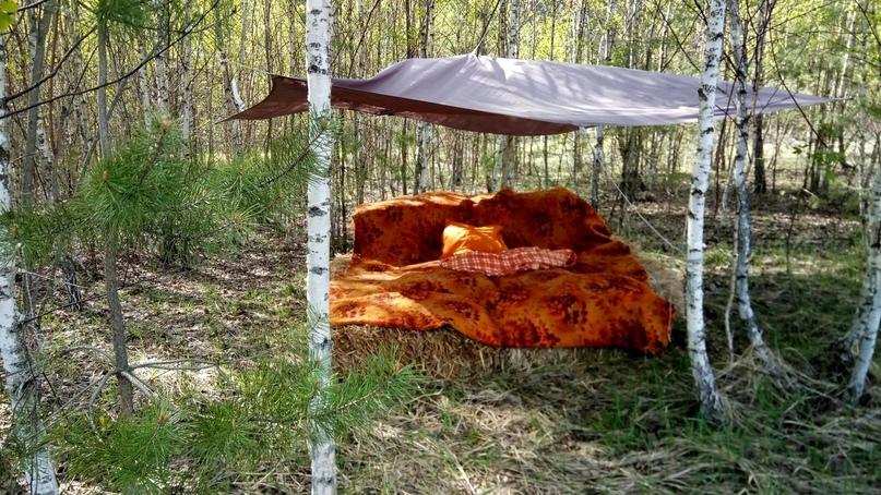 Устроили с Димой спальню в своём лесочке на сеновале